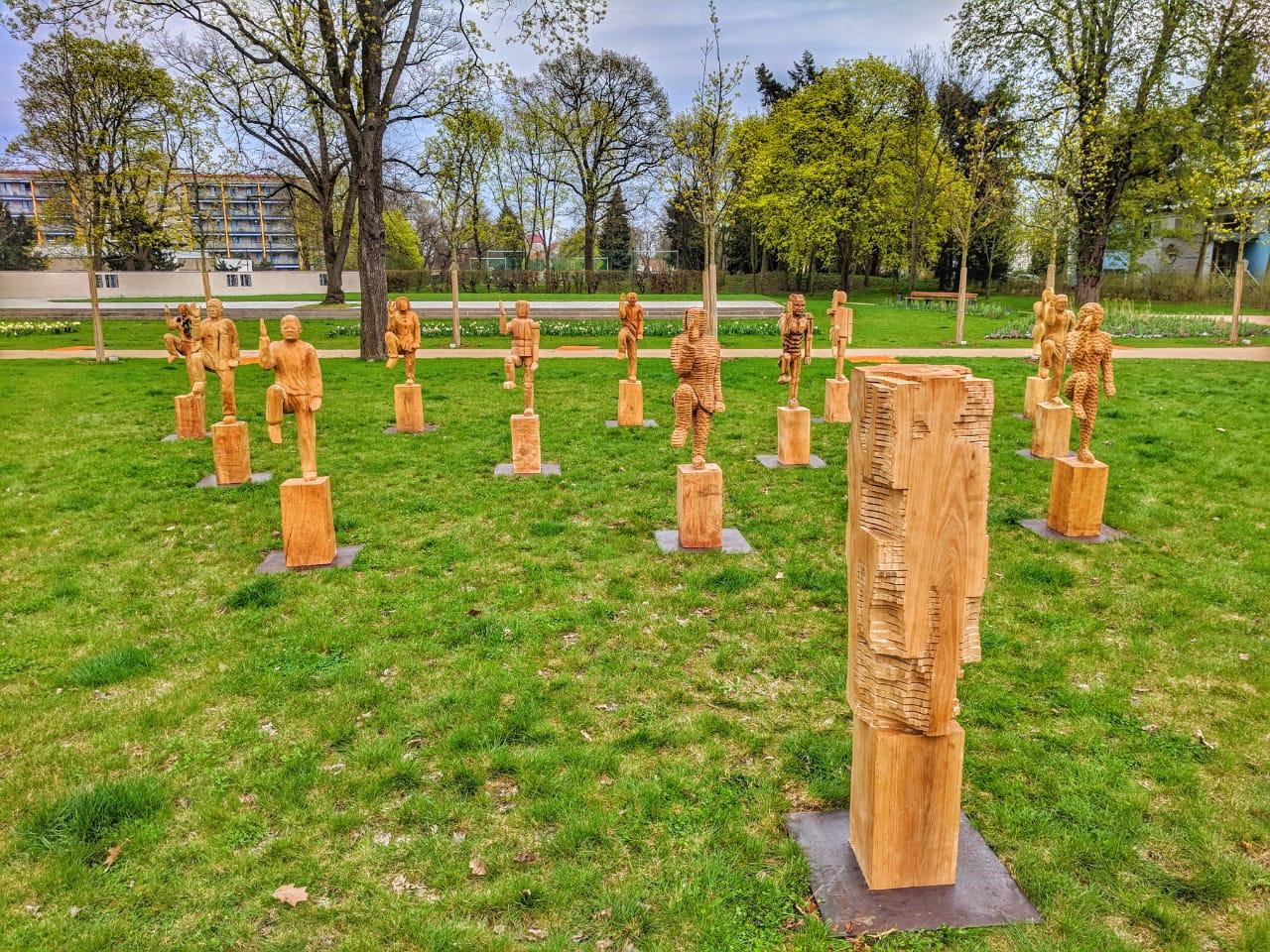 skulpturen aus holz und holzskulpturen vom kettensägenkünstler
